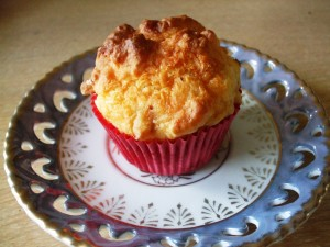 muffins met sjalotten en oude kaas
